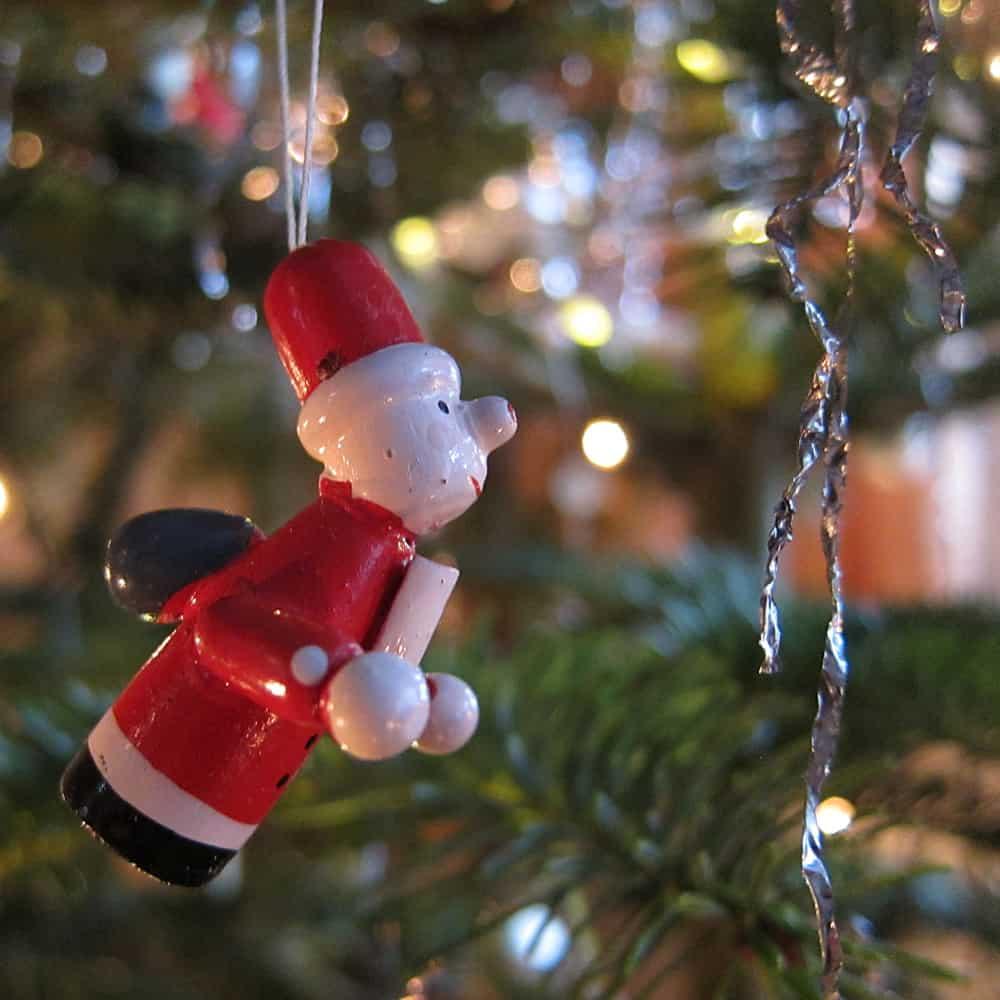 Weihnachtsbaum- Weihnachtsmannfigur am Baumals Beitragsfoto für die Herz-Kinder-Hilfe Hamburg e.V -