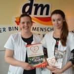 Die engagierte Auszubildende Angelina Gerner (rechts) wird bei ihrem Benefiz zum Tag des herzkranken Kindes unterstützt von Ihrer Chefin Madlen Stange