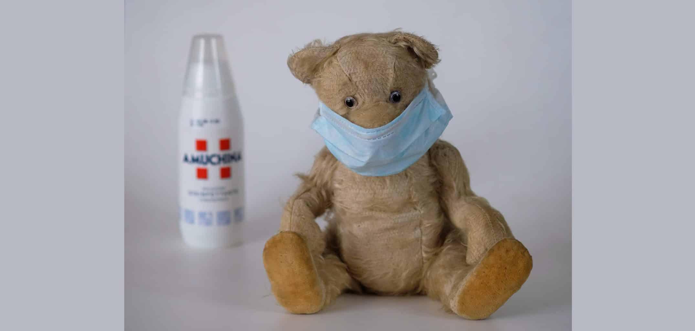 Teddy mit Maske und Desinfektionsmittel